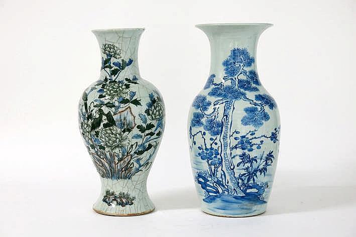 Lot van 2 Chinese vazen in porselein met een blauwwit decor - hoogtes : 44 en 43 cm