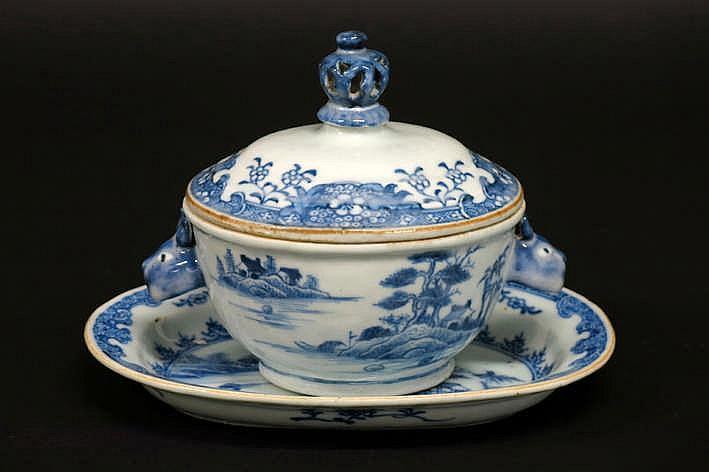 Achttiende eeuwse Chinese set van gedekselde terrine en ovale onderschaal in porselein met een blauwwit landschapsdecor - hoogte en breedte : 13 5 en 19 cm
