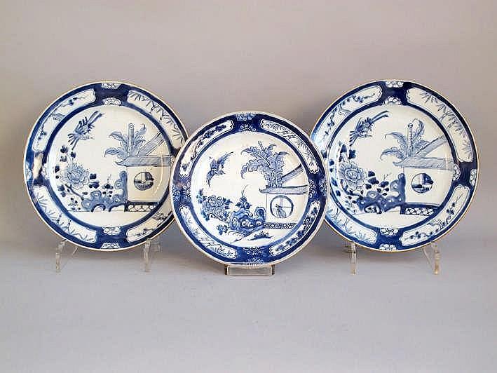 Chinese set van twee schalen en een bord uit de 18° eeuw in Chinees porselein met een blauwwit zgn. 'Koekoek in 't huisje' - decor - diameter : 28 en 25 5 cm