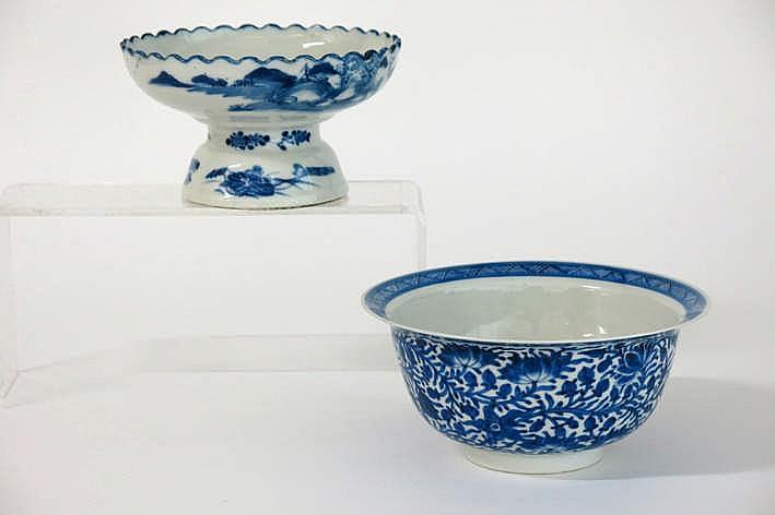 Lot met een antieke Chinese bowl een zgn 'klapmuts' in gemerkt porselein met een fijn blauwwit decor met bloemen (hoogte en diameter : 9 5 en 20 cm) en een schaal op voet (hoogte en diameter : 10 en 17 5 cm) met een figurendecor
