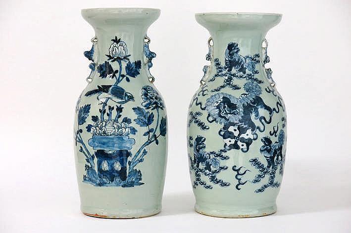 Lot van 2 Chinese vazen in celadonporselein met blauwwit decor één met vogel en bloemen en één met tempelleeuwtjes - hoogtes : 42 5 cm