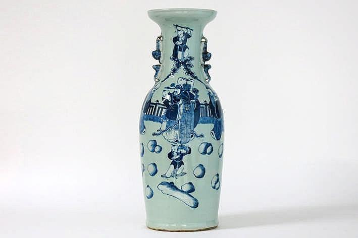 Antieke Chinese vaas in celadonporselein met een blauwwit decor met 'drie Wijzen' - hoogte : 60 5 cm