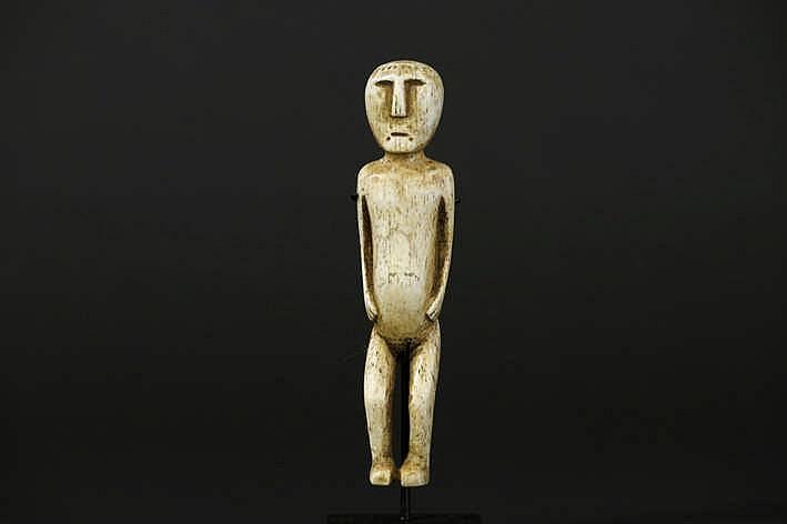 ALASKA/INUIT - 20° EEUW vrij bijzondere walvisivoren Eskimo-sculptuur in de vorm van een staande man met een zeldzame grootte met typisch gestileerd gelaat en met vrij uitzonderlijke hoofdversiering - 10 x 2 3 cm - gemonteerd volgens Dorothy Jean