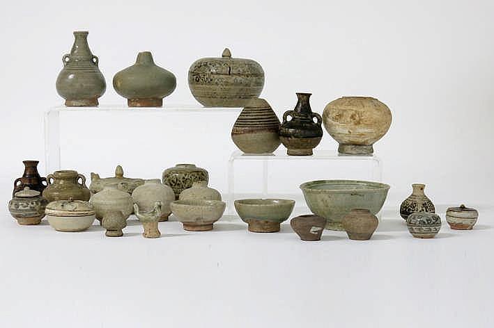Lot (25) antiek Oosters aardewerk met potjes schaaltjes en vaasjes (meestal grafvondsten) oa Sawankhalok