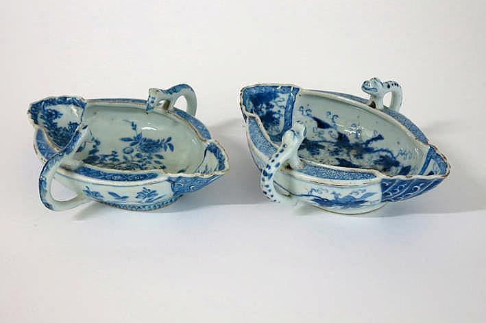 Lot met twee Chinese achttiende eeuwse (saus)kommen met twee grepen in porselein met een blauwwit decor - lengte : ca 21 cm