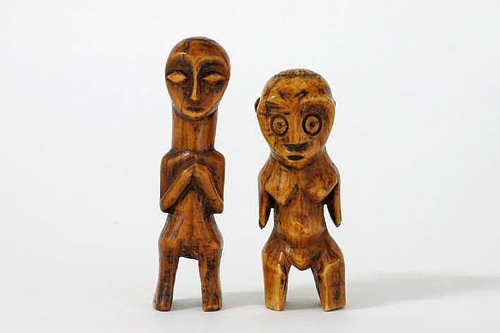 AFRIKA/KONGO twee zeer fraaie zgn 'bibendum' - sculpturen van de 'lega' in mooi gepatineerde ivoor telkens met typisch hartvormig gelaat en gestileerde corpus met karakteristieke rondingen (waardoor de naam 'bibendum') - hoogte : telkens 9 4 cm uit