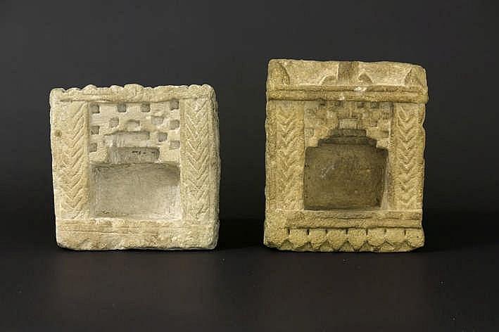 INDIA - ca 1800 lot met twee mooi gesculpteerde (huis)altaartjes in zandsteen - 22 x 21 en 25 x 20 cm