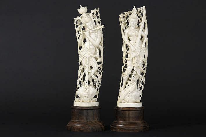 Lot met twee Indische sculpturen in ivoor met fijuitgewerkte personages :