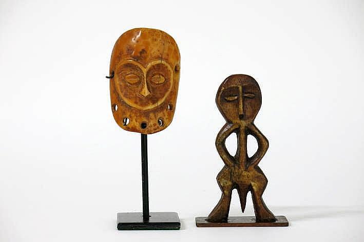 AFRIKA/KONGO 2 'Lega'-sculpturen in ivoor telkens met mooie oude gebruikspatine : * maskertje met typische gesneden hartvorm en amandelvormige ogen - hoogte : 8 4 cm * superbe kleine sculptuur in de sterk gestileerde vorm van een staande man met een