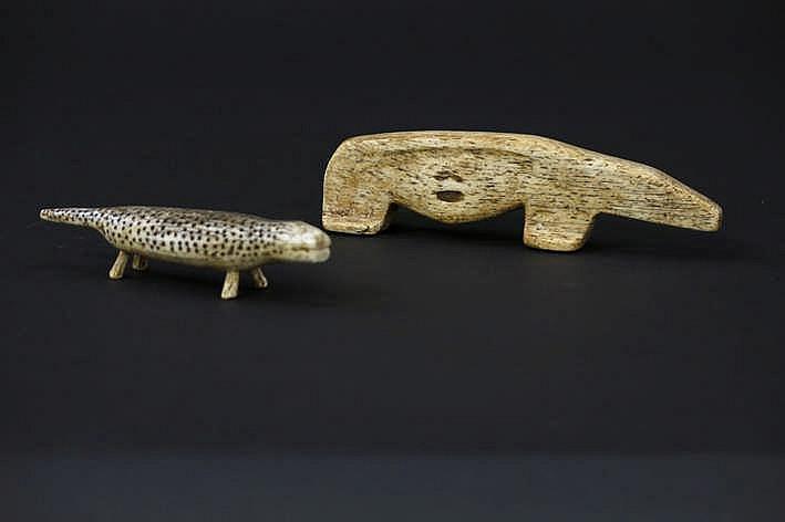 ALASKA/INUIT - 20° EEUW lot van twee Eskimo-animaliersculpturen in walvissenbeen : - een ijsbeer waarschijnlijk een jachtamulet - breedte : 10 1 cm - een zeehondje waarschijnlijk kinderspeelgoed - breedte : 8 cm uit een Engelse collectie ref :