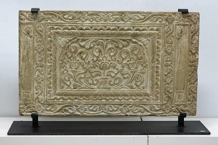 INDIA / RAJASTHAN - 16°/17° EEUW architecturaal element/paneel in steen met fijngesculpteerde typische Moghul - ornamentiek - 46 x 80 cm - gemonteerd