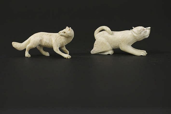 ALASKA - 1° helft 20° EEUW twee kleine animalierscupturen in ivoor (van walrus of potvis) : 'Sneeuwvos' en 'Trekhond' - breedtes : 5 en4 6 cm uit Engelse collectie ref : 'Gift from the Ancestors' uitgegeven door Yale University