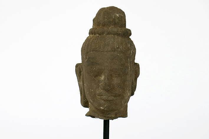 CAMBODJA - ANGKOR-PERIODE - 10°/12° EEUW (?) Khmer-sculptuur in Bayon-stijl klein hoofdje van een mannelijke godheid - hoogte : 17 5 cm - gemonteerd