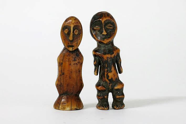AFRIKA/KONGO 2 'Lega' - sculpturen in ivoor met mooie ouderdoms- en goede gebruikspatine en telkens met een antropomorfe vorm : * eigenlijk eerder een buste met typisch gelaat - hoogte : 9 7 cm * superbe zgn 'bibendum' - figuur met typische corpus en