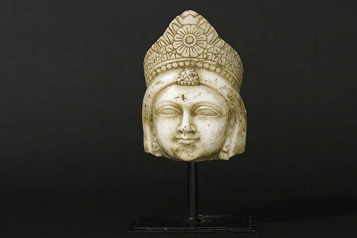 NOORD-INDIA - 18°/19° EEUW sculptuur (hoogte : 19 cm) in witte makrana-marmer voorstellend het hoofd van Parvati de gezellin van Shiva in de zachte verschijningsvorm van de Indische moedergoding Devi. Dergelijke beelden werden gemaakt in opdracht