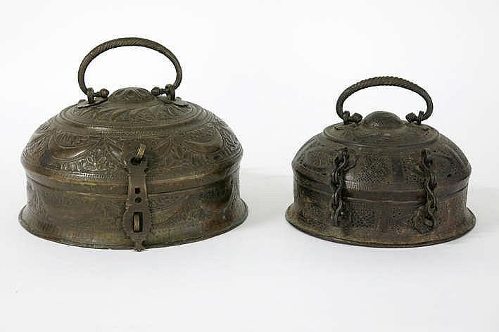 NOORD-INDIA - vroeg 19° EEUW lot met twee mooi versierde 'chapati'-brooddozen in koper uit het Moghul-tijdperk - diameters : 26 5 en 21 5 cm