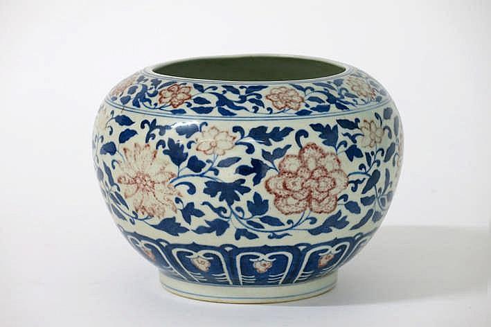 Chinese vaas in gemerkt porselein met een floraal decor in blauw en rood - hoogte : 15 5 cm
