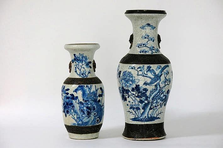 Lot van twee Chinese Nankin-vazen in gemerkt porselein met craquelé-glazuur en met blauwwit decor - hoogtes : 61 en 44 5 cm