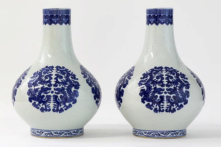 Lot van een paar Chinese vazen met buikmodel in gemerkt porselein met een blauwwit decor met draken - hoogte : 34 cm