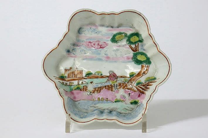 Achttiende eeuws Chinees schaaltje zgn 'patti' met typische vorm in porselein met een polychroom Europees decor gebaseerd op Meissen-porselein - diameter : 13 5 cm