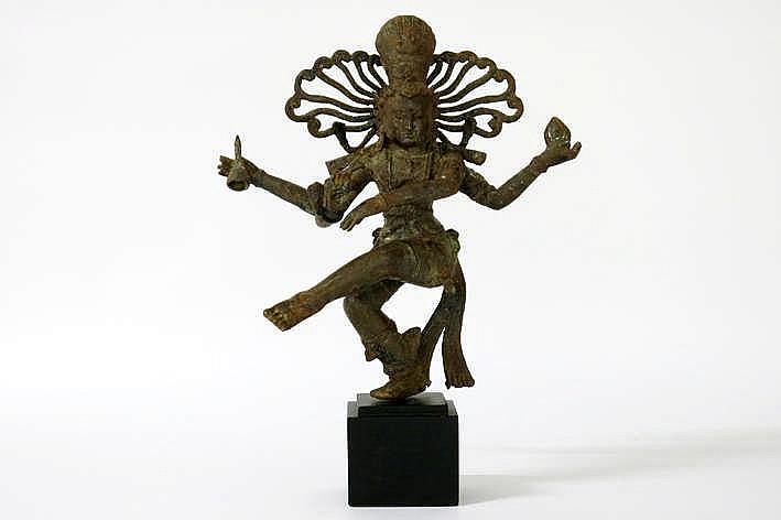 Antieke Indo-Nepalese sculptuur in een bronslegering met de hindoeïstische voorstelling van de dansende Shiva of Narteswara - hoogte : 40 5 cm