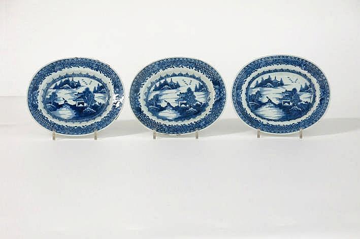 Lot van drie ovale achttiende eeuwse schaaltjes in Chinees porselein met een fijn blauwwit landschapsdecor met wandelaar over bruggetje - 18 x 15 cm