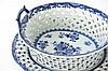 Achttiende eeuwse set van (fruit)korf met greepjes en geajoureerde opstand en ovale onderschaal in fijn Chinees porselein met een blauwwit decor - hoogte en breedte : 10 en 25 cm