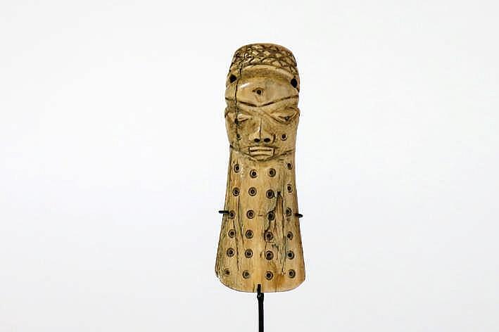AFRIKA - KONGO fraai 'Ikoko'-maskertje van de Lega in ivoor - hoogte : 10 1 cm uit Belgische collectie (Oostende) ref : 'Joyeux Lega' van Baeke