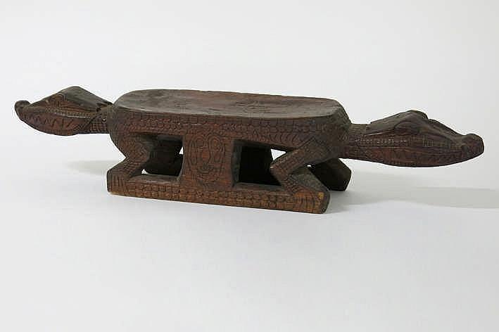 PAPOEASIE NIEUW - GUINEA mooi 'Sepik'-zitbankje in hout met zitvlak met aan beide zijden een gestileerde dierenkop - met fijn sculpteerwerk en mooie patine - breedte : 75 cm - aangekocht in 1999 bij veilingen Lawsons - Australië