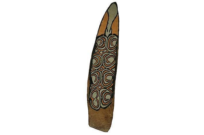 PAPOEA / OOST-CITAK Asmat-schild van de 'Kombai'-stam in hout met originele polychromie (pigmenten) en de typische symboolgeladen gesneden ornamentiek - hoogte : 186 cm