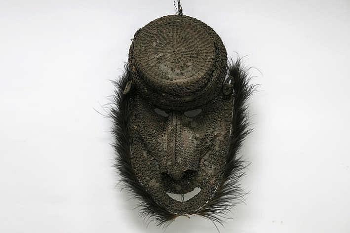 PAPOEASIE NIEUW - GUINEA - MIDDEN-SEPIK zgn 'Gable' - (gevel)masker in geweven vegetale vezels bedekt met klei met vogelveren en met restanten van de originele polychromie - werd ingewerkt in het front van een mannenhuis - hoogte : 85 cm