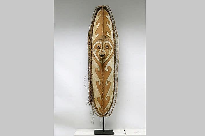 PAPOEASIE NIEUW-GUINEA - GOLF VAN PAPOEA 'Keveke'-dansmasker deels in hout met pigmenten en deels in gevlochten vegetale vezels - hoogte : 175 cm - gemonteerd