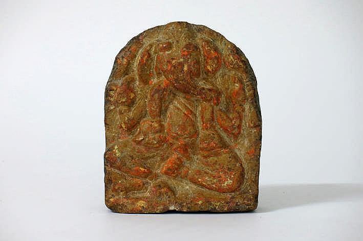 NEPAL - 19°/20° EEUW sculptuur in albast met resten van rode en oranje offerpigmenten :