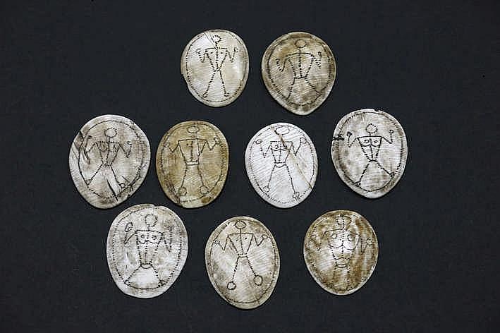 BIRMA - NAGALAND - 19°/20° EEUW lot van 9 zeldzame sjamanistsiche amuletten in schelp telkens met een sterk gestileerde antropomorfe voorstelling verwijzend naar de voorouders