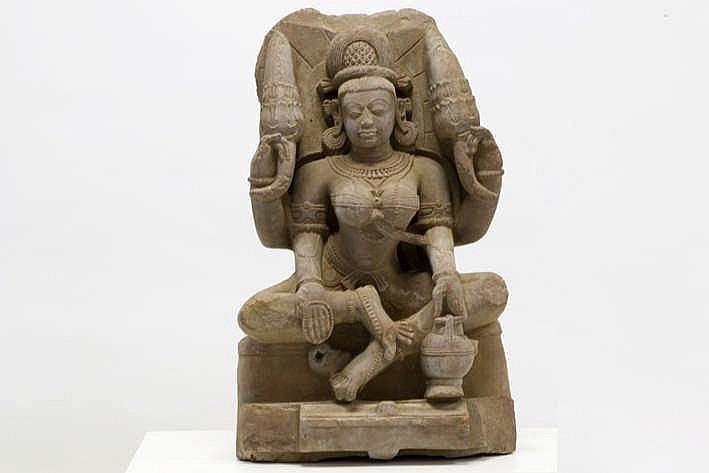 INDIA RAJASTHAN LATE GUPTA-PERIODE - 10° EEUW sculptuur (76 x 45 cm) in rode zandsteen voorstellend de vierarmige hindoe-godin Annapurna gezeten op een troon in rajalilasana (houding van koninklijke ongedwongenheid) Annapurna is een
