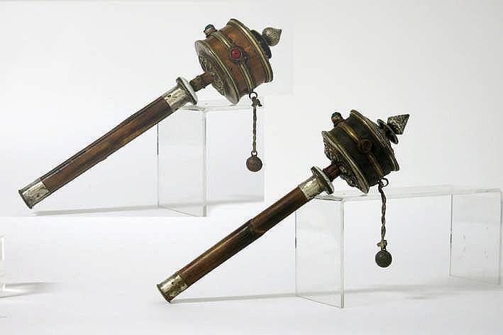 TIBET - 20° EEUW lot van twee gebedsmolens in metaal schelp leder ea en met handvat in bamboe - hoogte : 40 en 38 cm