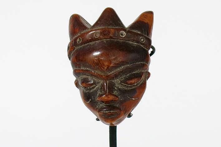 AFRIKA/KONGO mooi klein amulet van de 'Pende Ikhoko' in de vorm van een masker in fraai gepatineerde ivoor met menselijk gelaat met klassieke trekken bekroond met 3 punten - hoogte : 5 8 cm uit Belgische collectie ref : 'White gold Black hand' van
