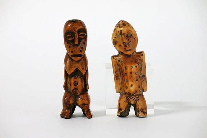 AFRIKA/KONGO 2 karakteristieke 'Lega' - sculpturen in mooi gepatineerde ivoor telkens een menselijke figuur voorstellend met typische gelaten en cirkelvormige scarificaties op het lichaam - hoogte : 12 7 en 10 2 cm uit de Belgische collectie ('De