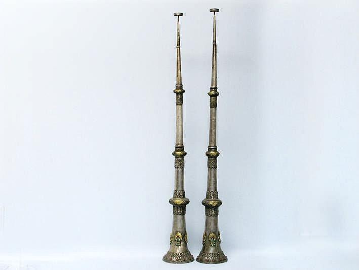 TIBET - 19° EEUW (of vroeger) uitzonderlijk paar (!!) tempeltrompetten in massief zilver en goud met de karakteristieke uitschuifbare vorm en versierd met rijke en fijne ornamentiek - worden slechts tijdens zeer speciale gelegenheden gebruikt -