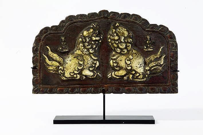 Mooi oud Tibetaans huistempelpaneel in hout met in brons gemodelleerde voorstelling van twee tempelleeuwtjes en twee boddhisatva's - 21 x 36 - gemonteerd