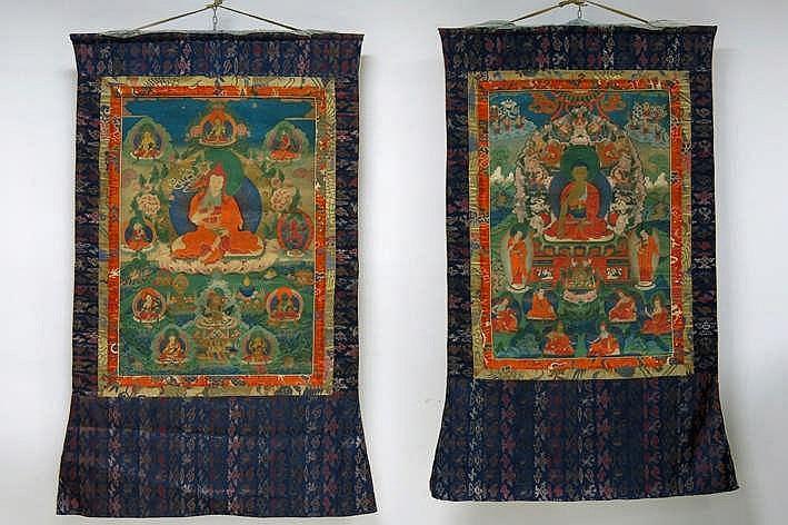 Lot van twee 20°eeuwse Tibetaanse tangka's één met de voorstelling van Boeddha en één met
