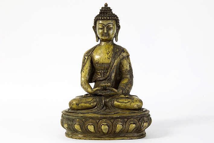 TIBET - 19°/ 20° EEUW 'antieke' sculptuur in brons met de voorstelling van één van de zgn 'Dhyani Boeddha's ' nl