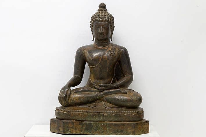 NOORD-THAILAND / LANNA - KONINKRIJK CHIANG SAEN - 11°/13° EEUW vrij uitzonderlijke sculptuur in brons met restanten van polychromie :