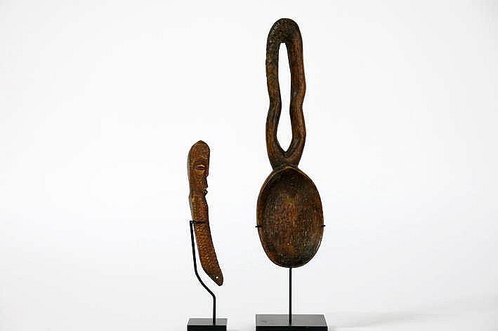 AFRIKA - KONGO lot van twee oude 'Lega' objecten gesculpteerd in been : een lepel en een amulet met antopomorfe vorm - hoogte : 19 5 en 11 5 cm - telkens gemonteerd uit Belgische collectie (Oostende) ref : 'Joyeux Lega' van Baeke