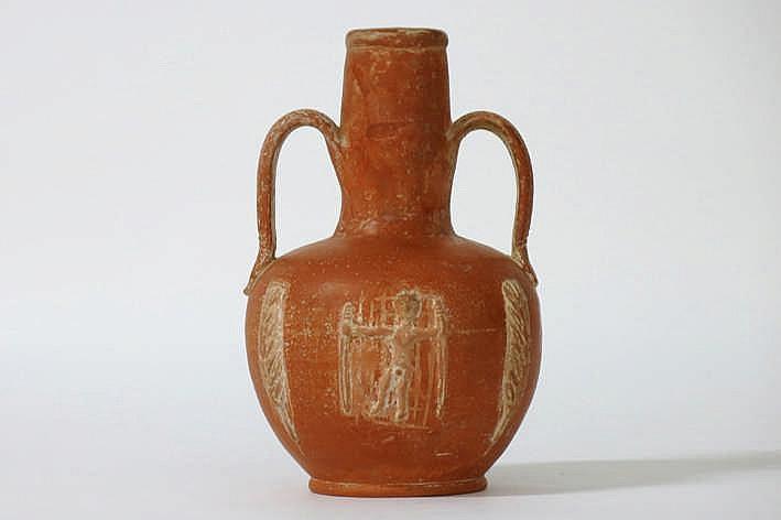 OUD-ROMEINSE RIJK - 1°/2° EEUW mooie bodemvondst : een kruik met twee oren in rood aardewerk en met een geappliceerd decor met korenaren en een gewapende krijger - hoogte : 17 5 cm