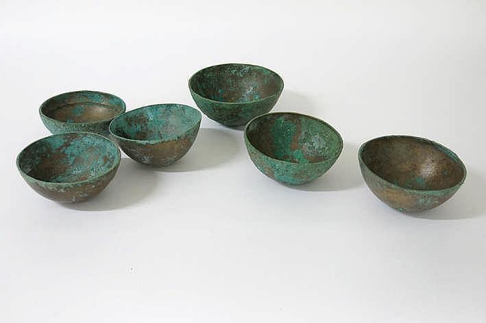 OUD-GRIEKENLAND - ca 1000 BC lot van 6 grafvondsten : bolvormige kommen in brons met mooie typische patine - diamater tussen 13 5 en 15 5 cm