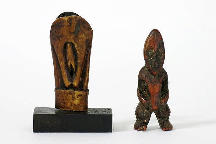 AFRIKA/KONGO 2 'Lega' - sculpturen in ivoor met mooie oude gebruikspatine : * een kleine antropomorfe 'Hungana Lega' - sculptuur met typisch gelaat en fijne details in de handen en voeten - hoogte : 8 5 cm ref : 'Joyeux Lega' van Baeke *