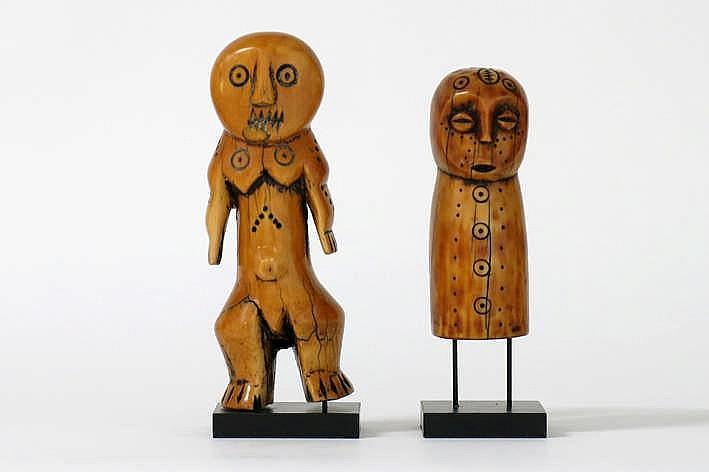 AFRIKA - KONGO twee 'Lega'-amuletsculpturen in mooi gepatineerde ivoor met typische vormgeving en $$ - hoogte : 11 3 en 15 2 cm uit Belgische collectie (Oostende) ref : 'Joyeux Lega' van Baeke