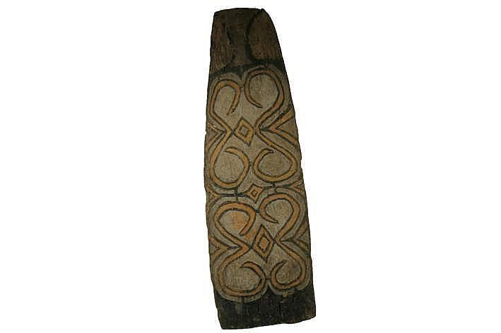 PAPOEA / WAKKAM-DORP zgn 'Citak'-schild van de Asmat uit Wakkam in hout met pigmenten en met typische symboolgeladen naar het dorp/de clan verwijzende gesneden ornamentiek - hoogte : 221 cm