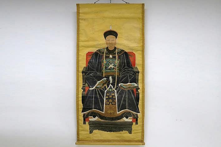 Antiek Chinees voorouderportret (op rol) met een zittende man - 143 x 66